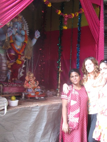 Ujwala Patil trabajadora social de barefootacupuncturist, Marta Abengózar de lingtaoacupuntores y Annu paciente y amiga de BA