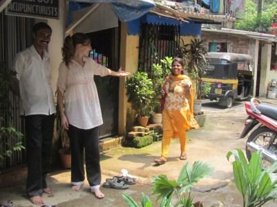 Sathis (India, terapeuta barefootacupuncturist) Marta Abengózar Infantes (terapeuta de Ling Tao Acupuntores) y Ujwala Patil (India, trabajadora social y fundadora de barefoot.slums)