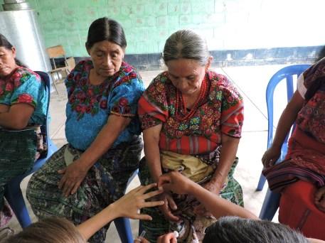 Comadronas acuden a participar en la capacitación de acupuntura