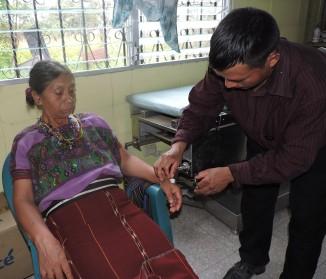 Promotor de salud Domingo, participando en clínica