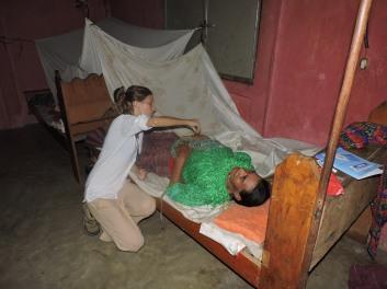 Cuando los pacientes de la comunidad no llegan a la consulta, vamos hasta sus casas.