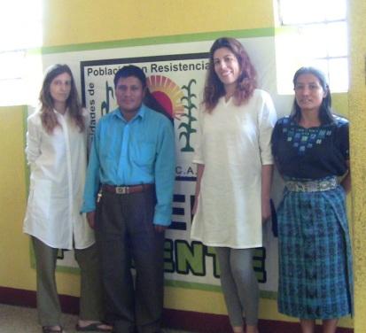 Foto realizada en la oficina de las CPR-SIERRA en Ciudad de Guatemala. De izquierda a derecha: Marta Abengózar, profesora de AD, Domingo Alvarez dirigente de las CPR-SIERRA, Maria Abengozar Infantes, componente nuestro equipo docente, Bertha Morena Morena, componente del equipo CPR-SIERRA 2014