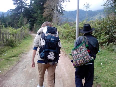 Marta y caminante se cruzan en el camino de la sierra