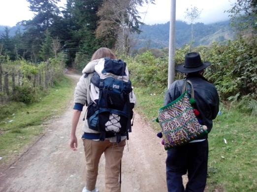 acupuntoras descalza y caminante se cruzan en el camino de la sierra