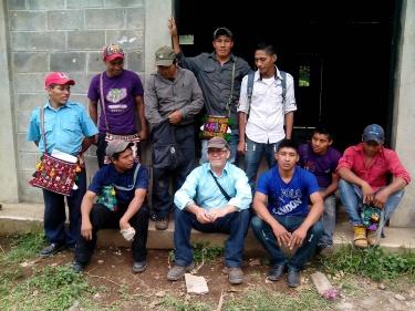 Teodoro Garcia y alumnos en la capacitación de electrecidad