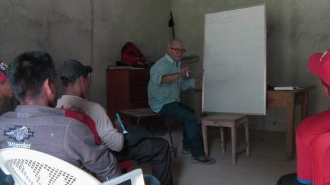 Capacitación de electrecidad. Teodoro García, componente de la ONG, acupuntor formado en Ling Tao Acupuntores.
