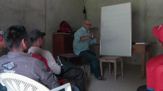 Capacitación de electrecidad. Teodoro García, componente de la ONG, acupuntor formado en nuestro Instituto Holistico.