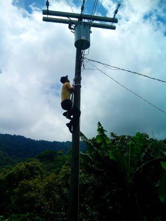 """Nuestro equipo, con Teo a la cabeza, realiza una capacitación en electricidad para la seguridad de los actores """"electricistas"""" de las comunidades CPR-Sierra."""