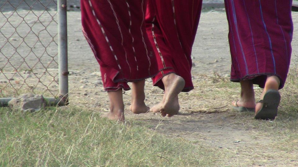 FOTO: De Marta Abengózar  (Componente del equipo docente de ling tao acupuntores): mujeres ixil de la comunidad del Triunfo, Champerico, (Guatemala) caminando alejándose de la clínica...