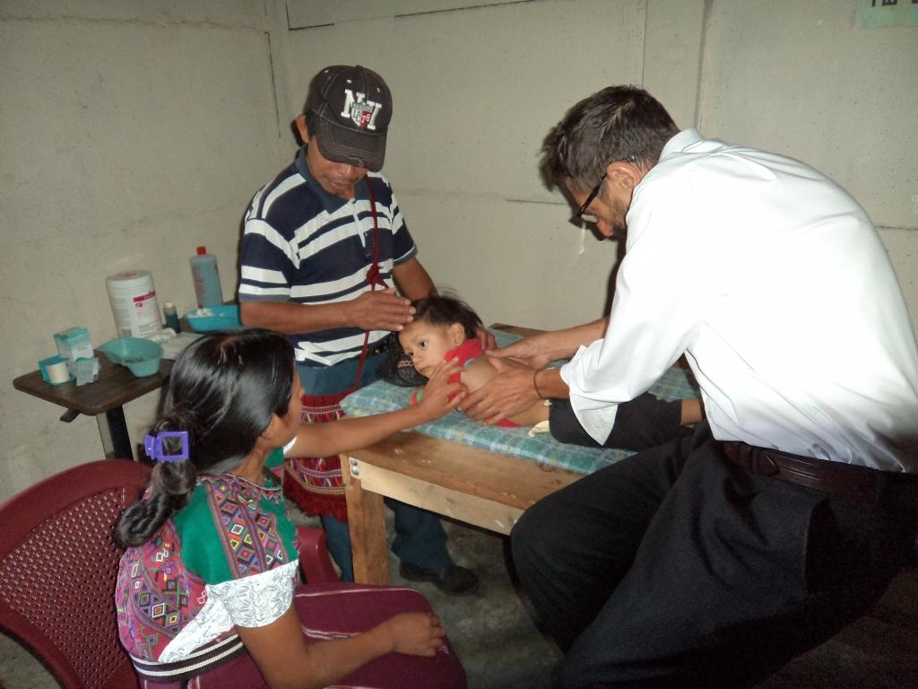 Francisco Abengózar, docente del curso, realizando TuiNa en la ONG Ling Tao Acupuntores Descalzos