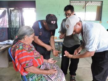 Comadrona, herborista, sacerdote maya y promotor de salud realizan sus prácticas de acupuntura.