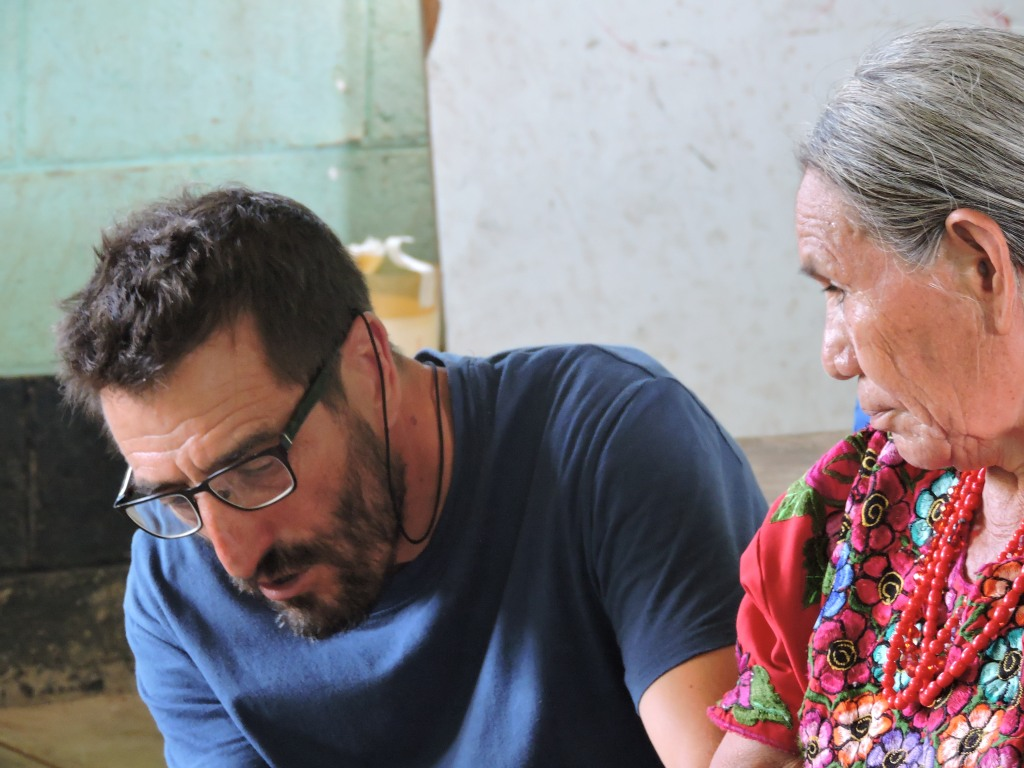Nuestro Acupuntor y docente Paco, junto a Juana (comadrona maya)