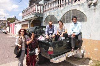 Esta fue la fotografía que se tomó en ciudad de Guatemala, frete a la oficina de las CPR-Sierra, el día después de nuestra llegada al aeropuerto de la Aurora. Nos veis junto al responsable de salud: Domingo Álvarez y la promotora Magdalena (joven mujer que ha estudiado con nosotrxs en dos capacitaciones de acupuntura anteriores y que esta vez, nos guiaría sanxs y salvxs a las comunidades del norte a través de un largo y fatigoso viaje). Al resto, equipo de Ling Tao Acupuntoras Descalzas, ya nos conocéis. Después nos subimos al carro e iniciamos el viaje hacia Quiche…
