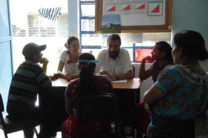 reunión inicial de trabajo donde aparecen representadas las 4 comunidades por 3 mujeres y un hombre