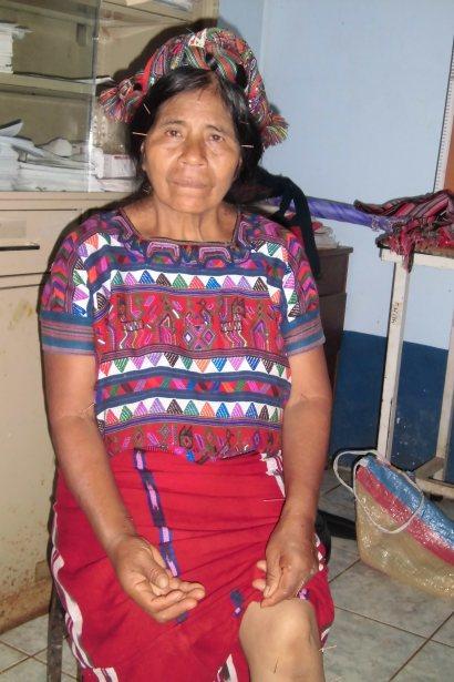 Miembro de la comunidad recibiendo tratamiento de acupuntura