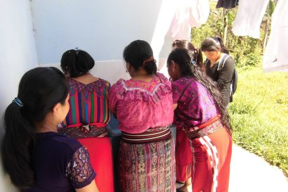 Alumnas preparándose para as clases. Esto es acupuntura=las manos y uñas siempre impecables