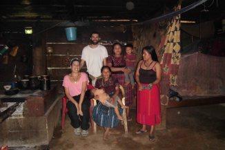 María (acupuntora descalza, Ramón, nuestro alumno en práctica que nos acompaña desde España (ahora también acupuntora descalza) y familia de la comunidad. Estamos en casa
