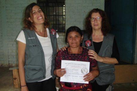 María Abengózar, ángeles Infantes y promotora de salud, recibiendo su diploma por asistir a la capacitación en Acupuntura