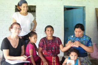 Las hijas, las madres, las acupuntoras, las promotoras de salud, las abuelas, nietas....