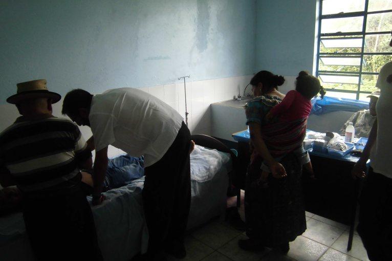 Francisco pasando consulta de acupuntura a las personas de la comunidad en el puesto de salud,. Espacio que compartimos en armonía con el médico cubano y la enfermera.