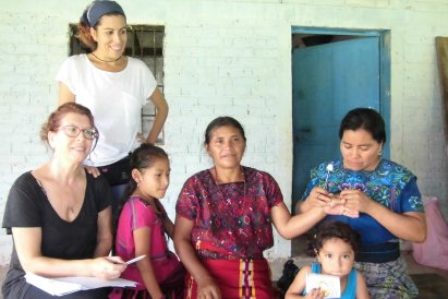 En la fotografía: varias generaciones de mujeres, 3 madres con sus 3 hijas, con 3 identidades culturales propias (castellano manchega- maya ixil y maya quiché) juntas, promoviendo la autogestión de la salud. Ángeles y María (acupuntoras descalzas) muestran a Juana la comadrona y la veterana promotora salud de la Resistencia, como punturar el 4 IG. Espacio de escucha y aprendizaje que tiene lugar siempre para lxs mxs pequeñxs.