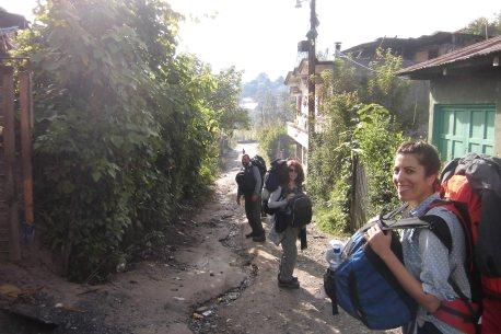 Corazón del equipo A.D., Francisco, Ángeles y María llegando a la comunidad receptora del proyecto...