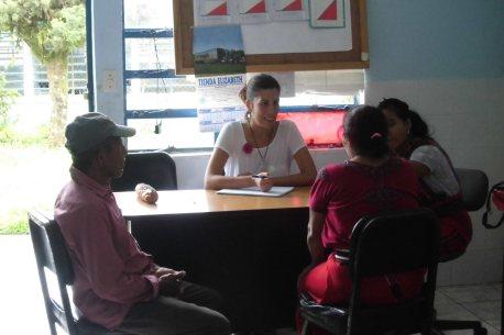 Para entender los problemas y qué podemos hacer con acupuntura, nos sentamos con las personas y sus familiares a hablar sin prisa
