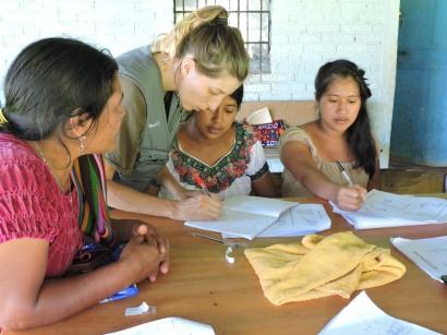 clase de acupuntoras descalzas. De izquierda a derecha, Juana Cedillo, Marta Abengózar, Juana Cruz y Ana Matóm