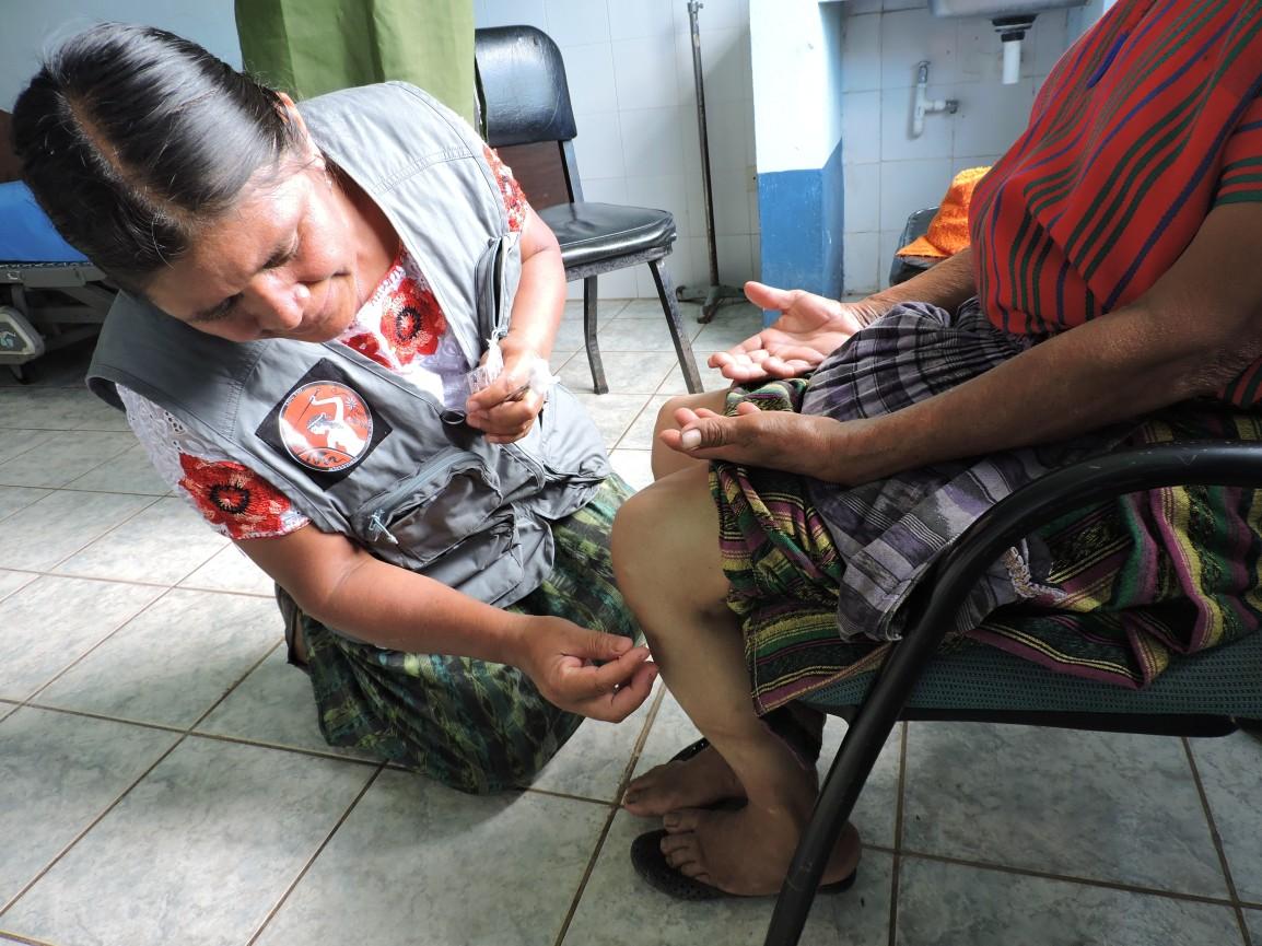 Comadrona y acupuntora descalza JuanaCedillo