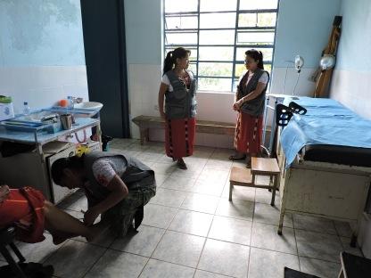 A la izquierda, Juana Cedillo atendiendo con acupuntura a una señora en el puesto de salud comunitario. Mientras Magdalena y Catarina esperan al resto de personas que serán atendidas