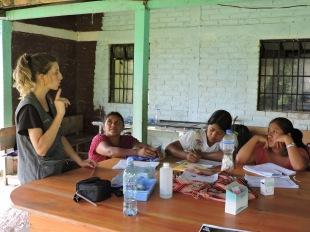 De izquierda a derecha: Marta Abengozar, Juana Cedillo, Juana Cruz, Ana Matóm. Directrices sobre como aboraremos la tarde de consulta en el puesto de salud